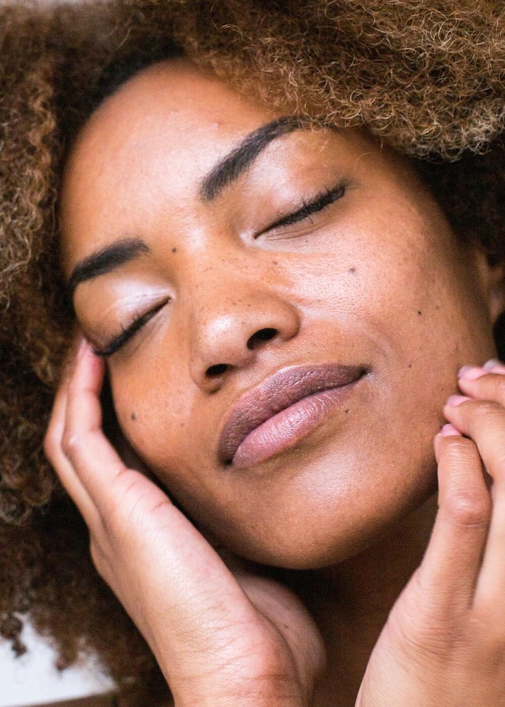 trattamento viso personalizzato per rendere la pelle più luminosa per un viso più disteso e rilassato